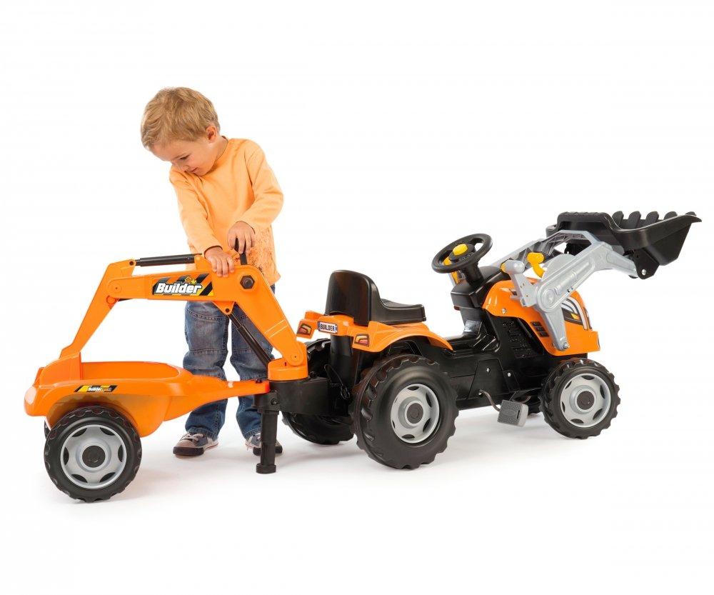Niño jugando con el precioso tractor builder max smoby width=