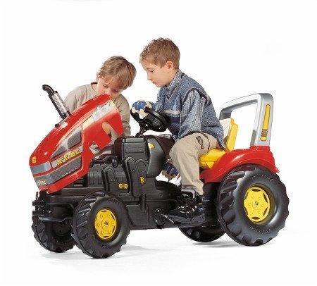 Detalle del capó abierto del tractor rolly x-trac luxe con niños jugando con él