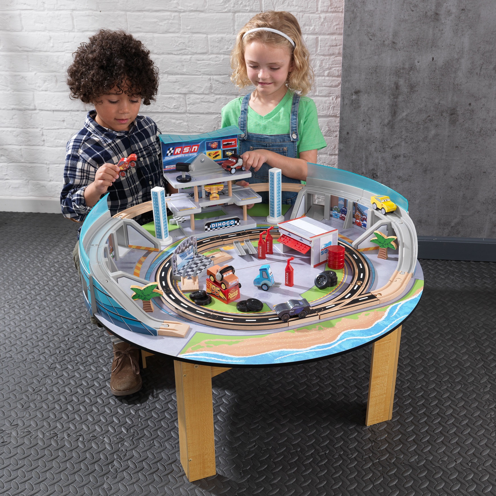Niños divirtiéndose con su Autodromo de florida con mesa disney® pixar cars 3 17210