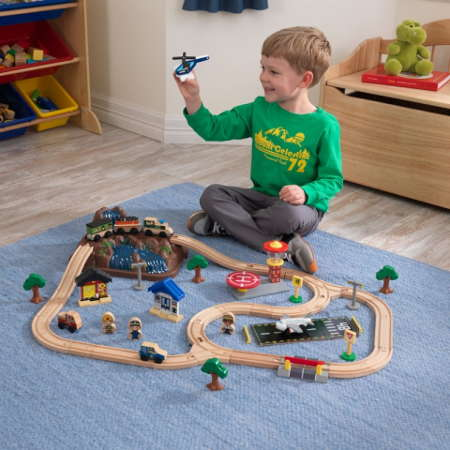 Niño jugando con su kidkraft circuito vias de tren con montaña y accesorios 17826