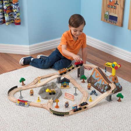Niño jugando con su kidkraft circuito vias de tren en construccion 17805