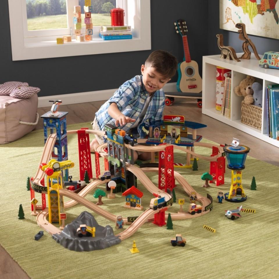Niño con su kidkraft circuito vias de tren super highway 17809