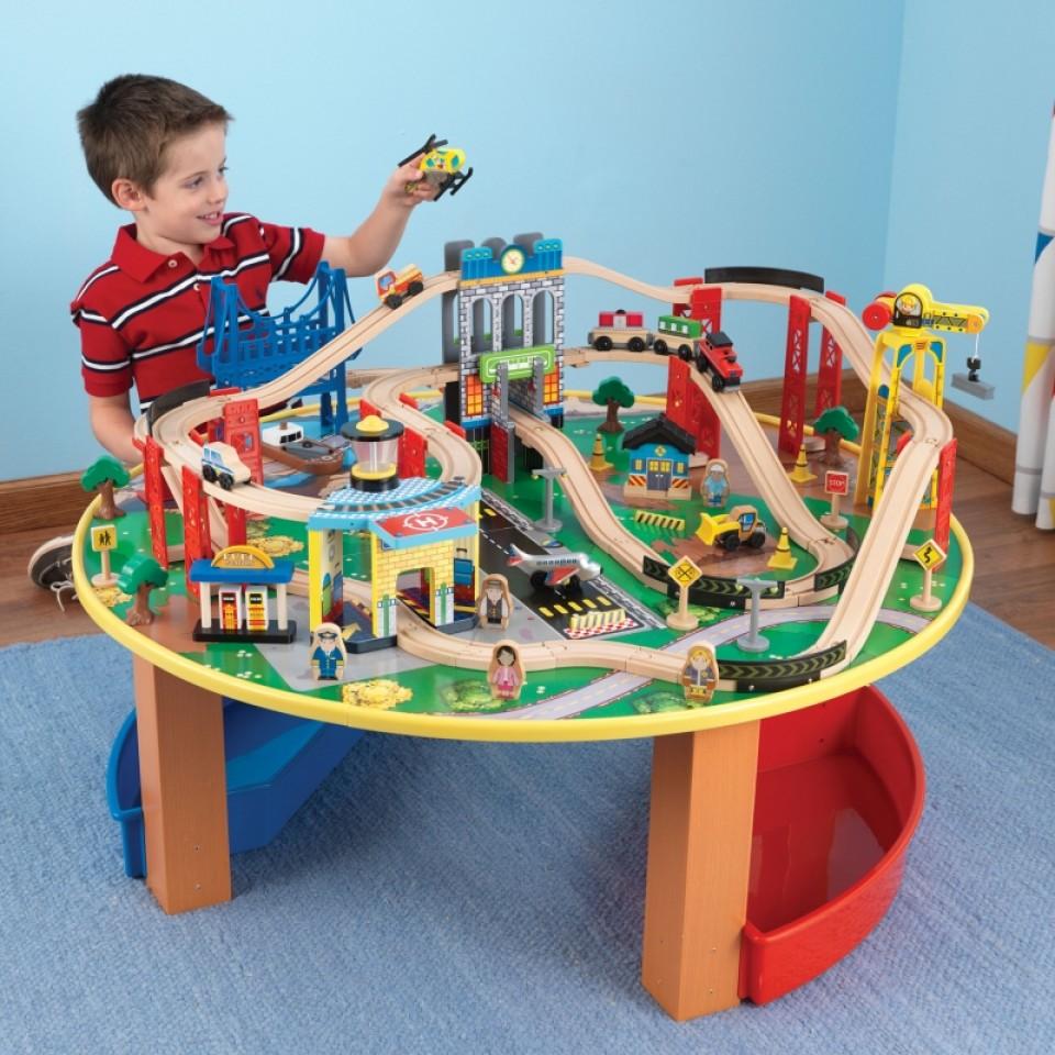 Niño con su kidkraft juego de mesa de madera con circuito para trenes explorador de la ciudad 17985