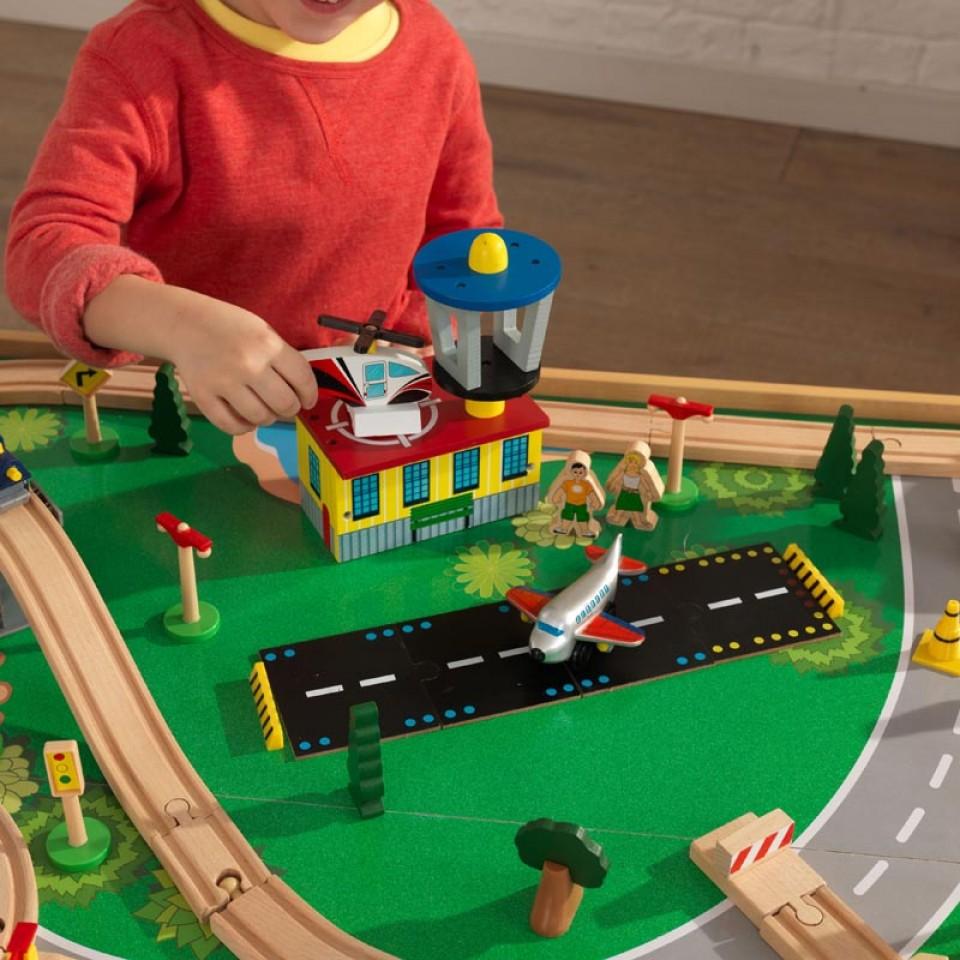 Detalle pista de aterrizaje de kidkraft juego de mesa de madera con circuito para trenes montaña y cascada 17850