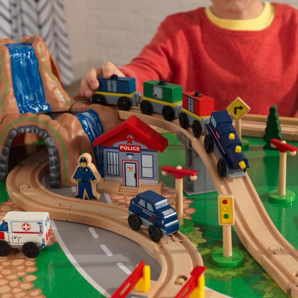 Detalle pendiente y tren de kidkraft juego de mesa de madera con circuito para trenes montaña y cascada 17850