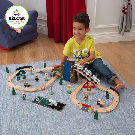 Niño jugando con su kidkraft juego de tren europeo 17989