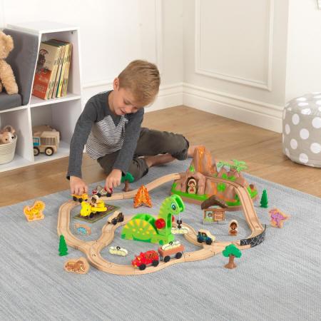 Niño jugando con su kidkraft set de trenes dinosaurio 18016