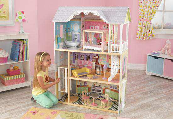 Niña jugando con Kidkraft casa de muñecas 65869 kayle width=