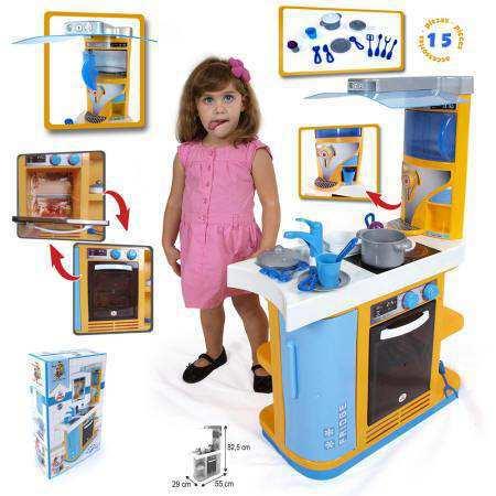 Niña jugando con cocina con todos los accesorios disponibles.