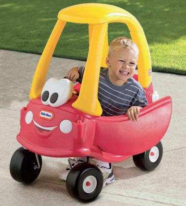 Niño jugando con su Cozy coupe lt