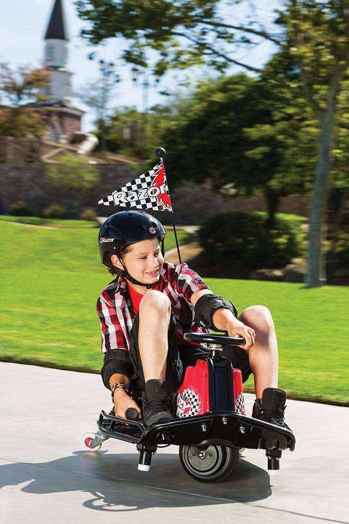 Niño divirtiéndose con su crazy cart razor width=