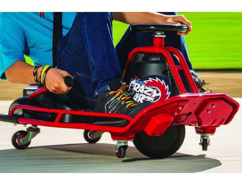 Detalle donde se aprecian las ruedas y detalles del crazy cart razor width=