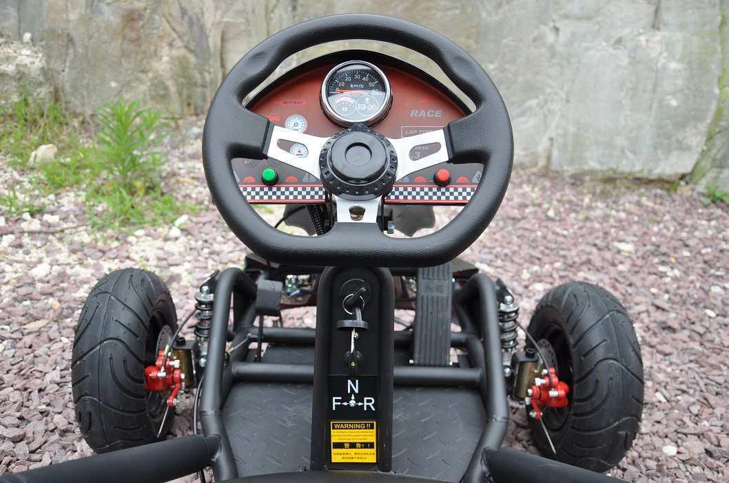 Detalle del volante con velocímetro del kart eléctrico 500w 36v black pekecars